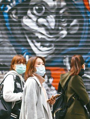 新冠肺炎迅速蔓延全球,疫情何時終結充滿不確定性,民眾自主戴口罩、勤洗手、勤消毒。 記者侯永全/攝影