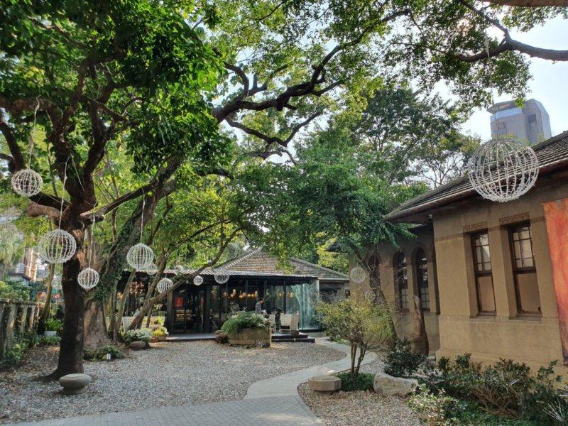台灣大學公共宿舍,前身是日本海軍軍官招待所,這座浴火重生後的老宅,依舊老樹圍繞,...