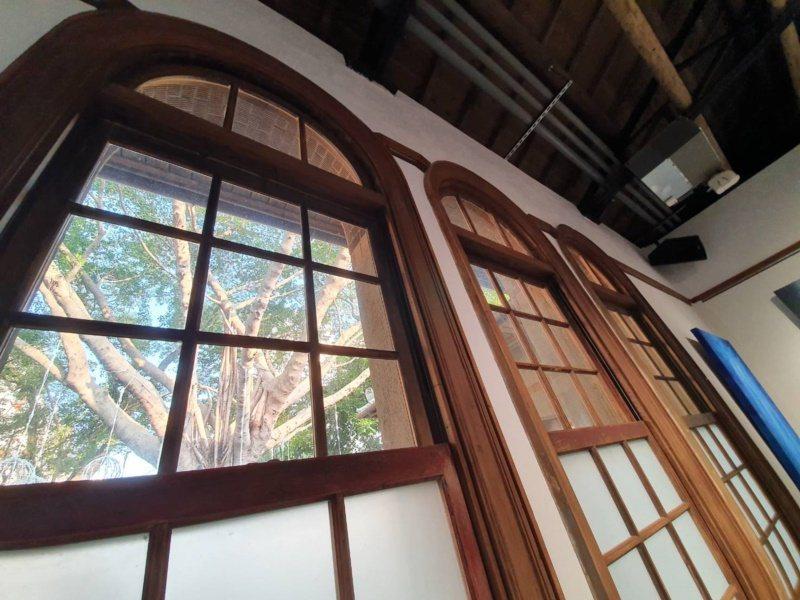 老房的典雅屋簷與長形拱窗,幾乎看不出來歷經祝融,仔細看長形的拱窗邊框,仍保留舊有...