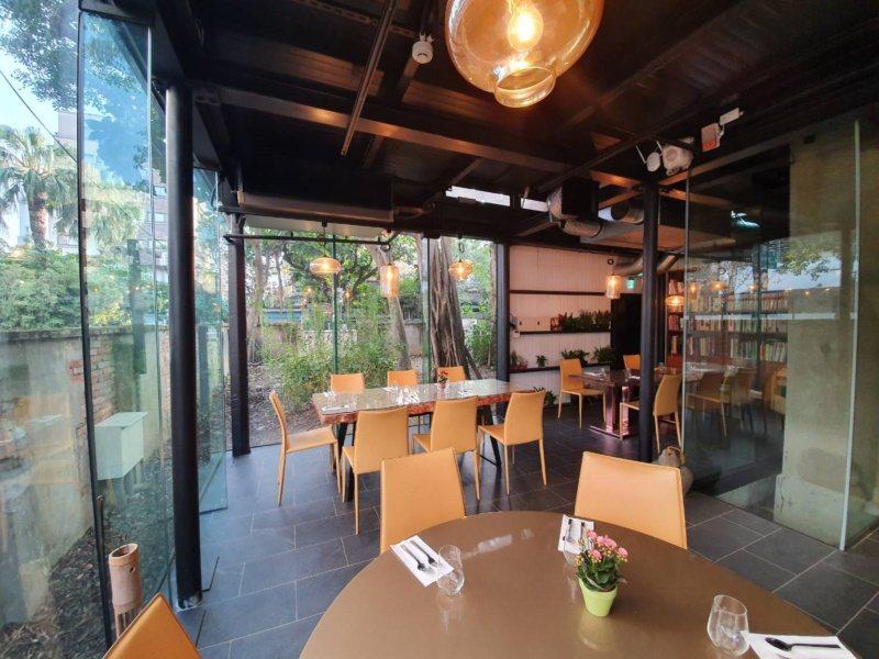 餐廳每個坐位都有不錯的視野,透過玻璃窗欣賞院子的景色。 圖/楊正海 攝影