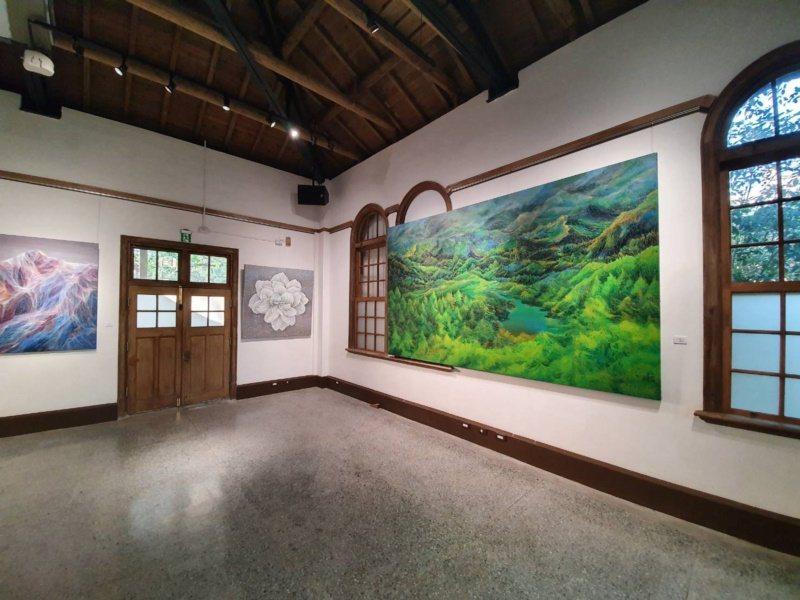 目前大廳展出鄭麗雲的繪畫作品。 圖/楊正海 攝影