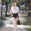 熱褲、薄紗樣樣難不倒她!凍齡人妻劉真這樣搭一秒穿出少女感