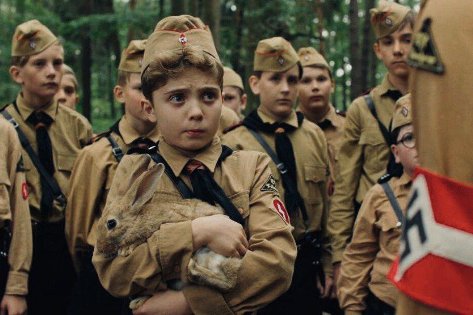 《兔嘲男孩》劇照。 圖/取自IMDb