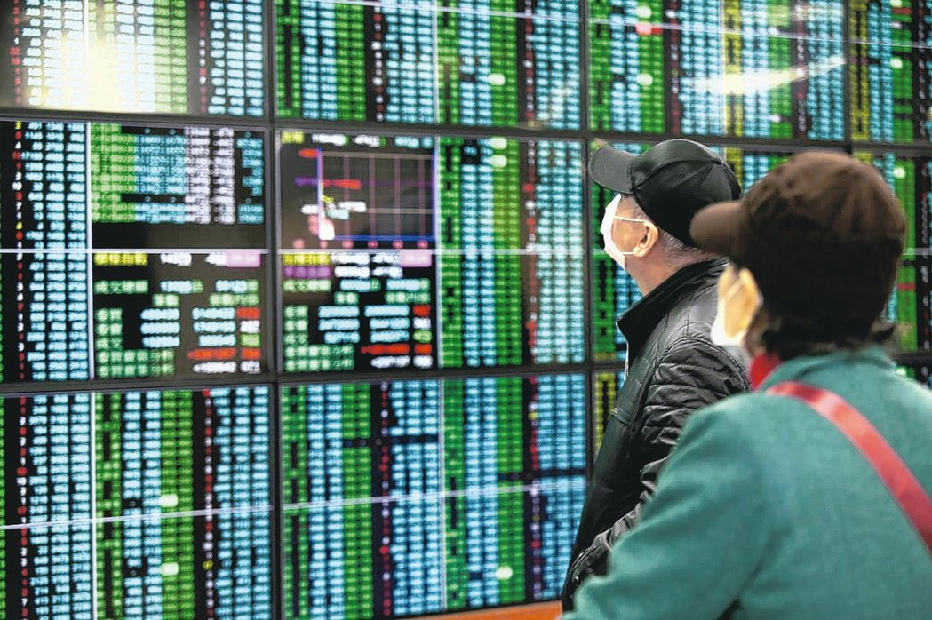農曆新年前新冠肺炎疫情爆發,導致金融市場波動,以大跌185.48點開出後,一路開...