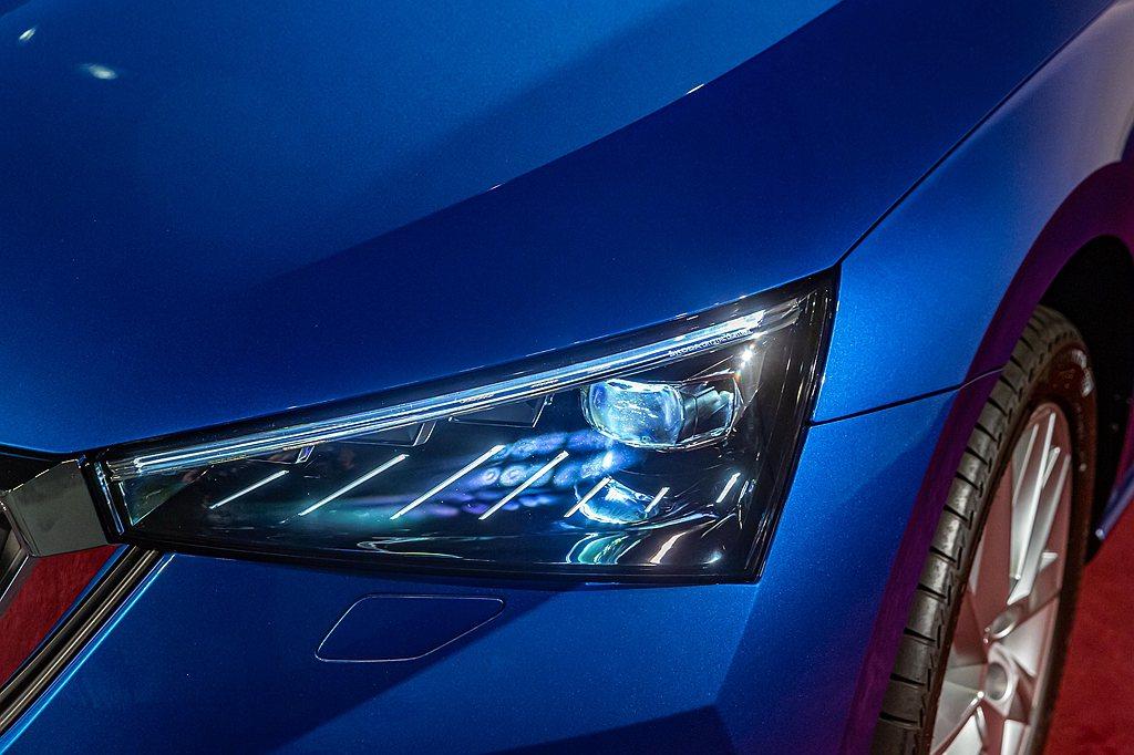 LED燈組也是大幅運用在這款全新歐洲掀背車款上,不僅有近光燈、日間行車燈,尾燈與...