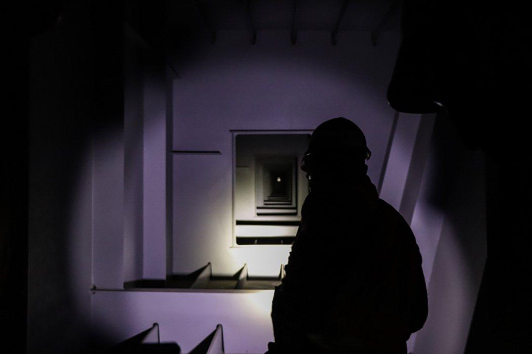 橋檢人員終日在橋內工作,不僅須穿戴完整安全配備,也僅能憑藉手電筒的亮光,於黑暗的...