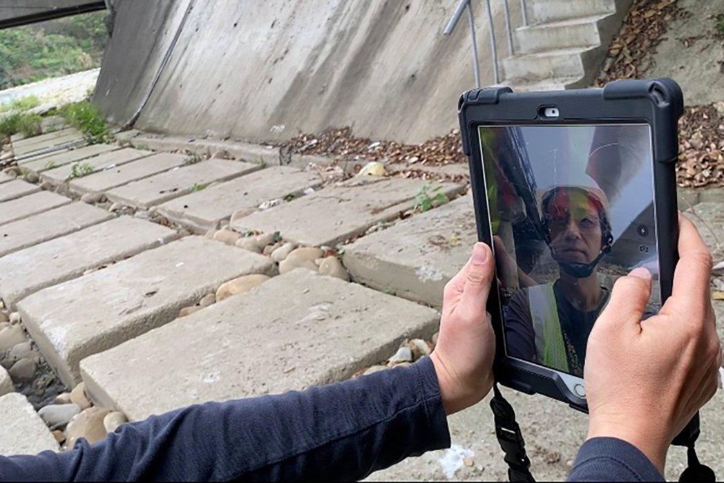 橋檢人員以iPad作為載具,點進APP後需輸入基本資料外,還得在欲檢測的橋梁旁自...