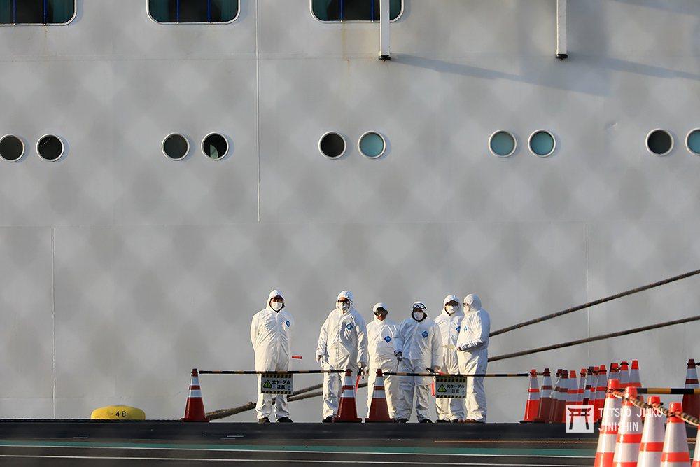 2月19日清晨,負責鑽石公主號檢疫和乘客撤離的工作人員,全都穿上防護衣、護目鏡、...