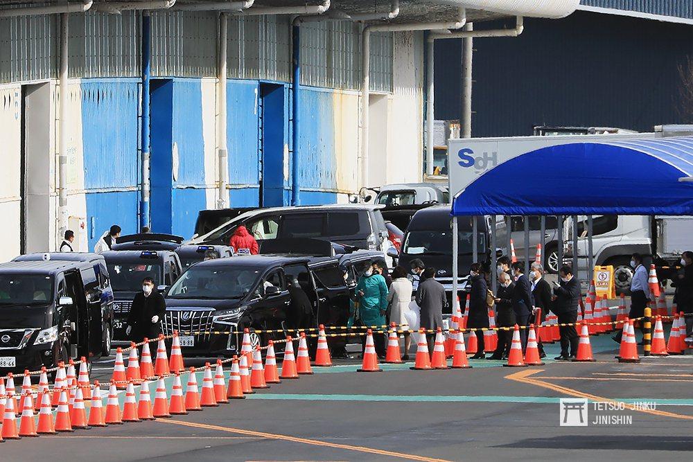 圖為19日,台灣駐日代表處車隊正接送受困鑽石公主號旅客(已穿著綠色防護衣者),以...