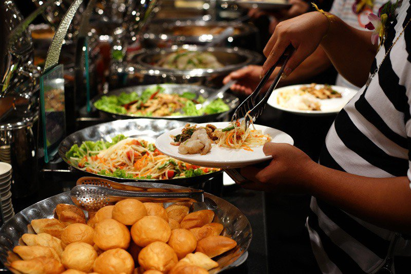 隨著疫情升溫,有網友擔心吃外食是否安全,但有民眾指出最骯髒的不是餐具,而是大眾密集接觸的門把。示意圖/ingimage