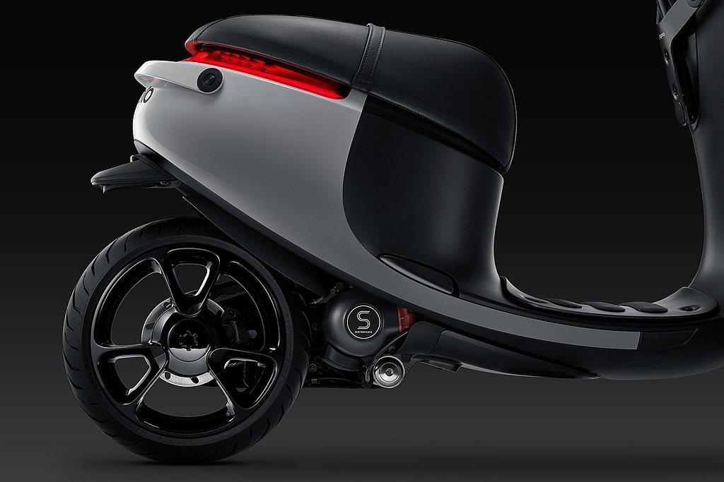 Gogoro S1突破S Performance一貫的黑色基調,以冰川基岩的磨光...
