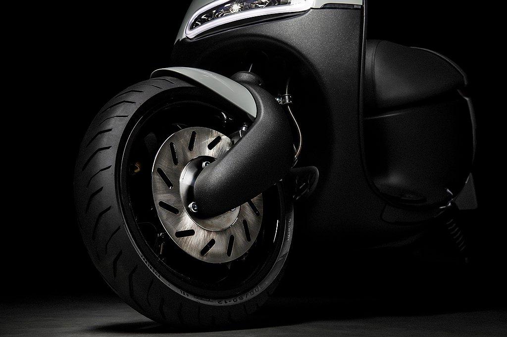 Gogoro S1配置更大的煞車碟盤、對向四活塞卡鉗及全新金屬油管,並導入Gog...