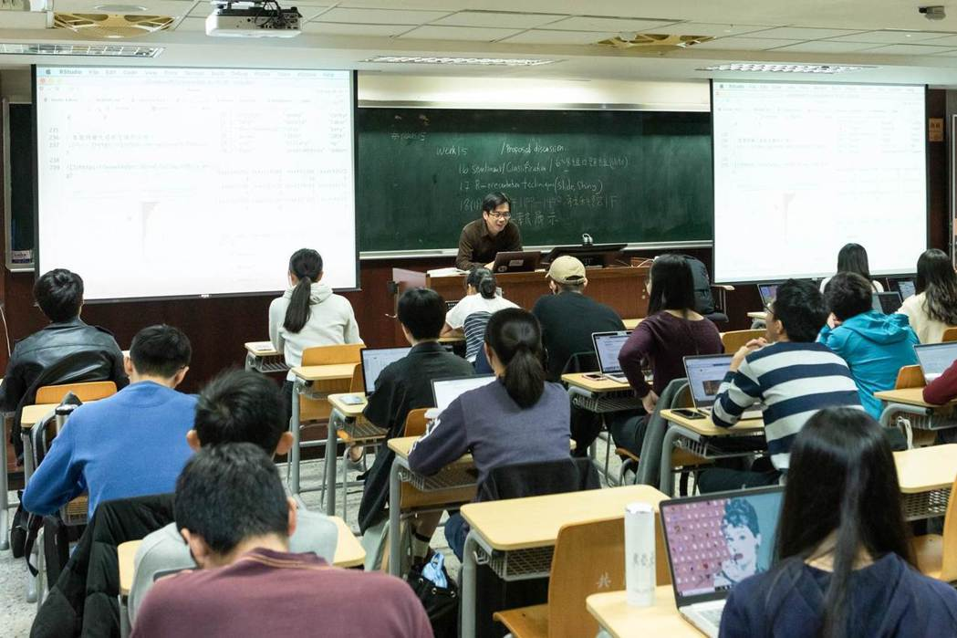 專擅計算語言學的台大語言所所長謝舒凱上課狀況。(吳宙棋攝)