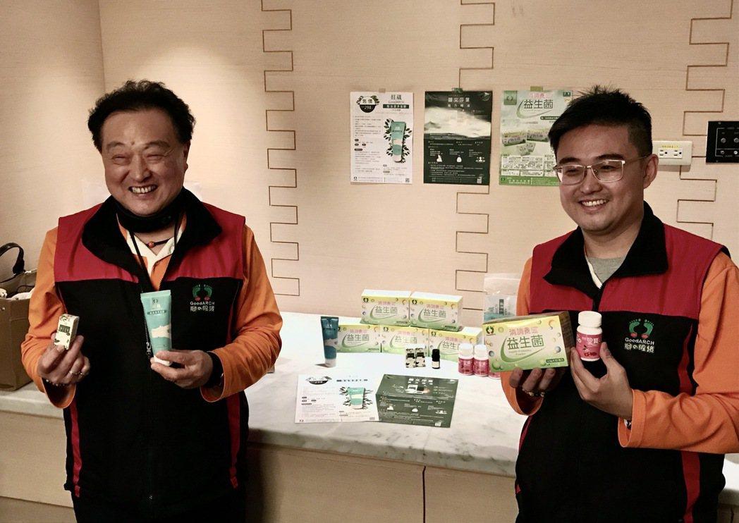 紅崴科技集團董事長謝進興(左)、總經理謝宗憲,推出多款防疫品,落實個人防疫工作。...