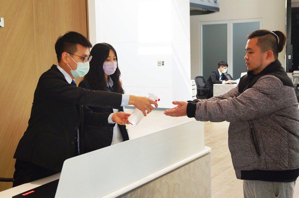 消費者進入展間後,服務人員都會為客戶進行酒精消毒。 記者趙駿宏/攝影