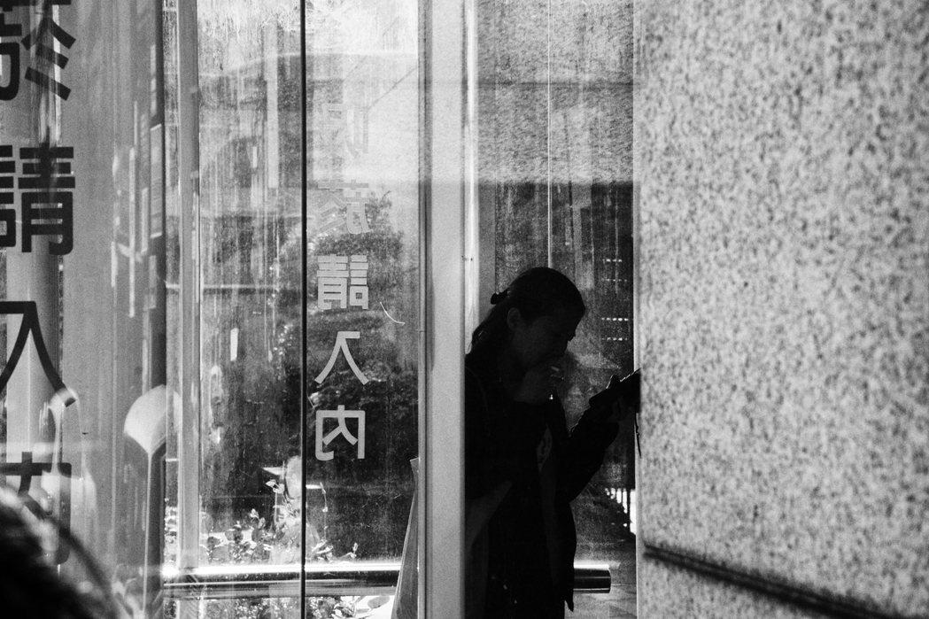 臺北市聯合醫院仁愛院區定點吸菸區內,民眾正在吸菸,他們通常駐足二至三分鐘便離去。...