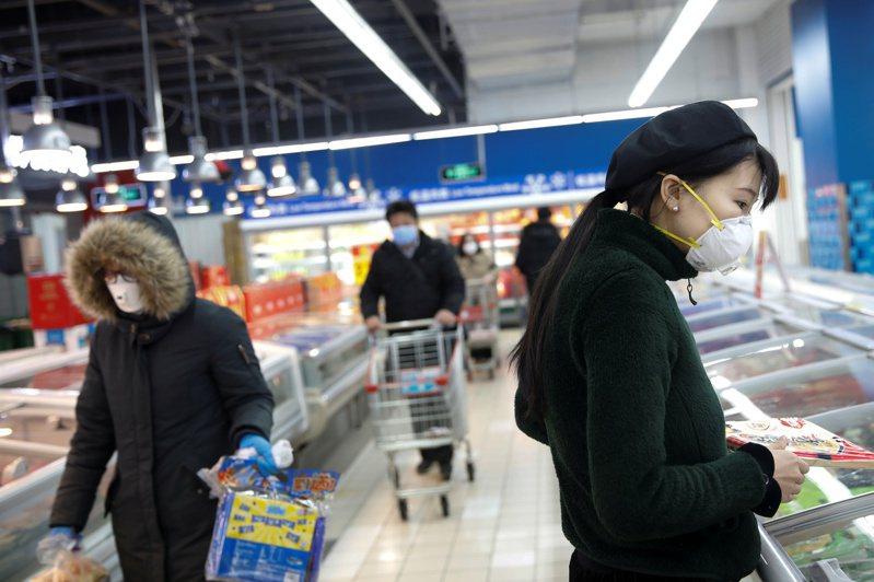 牛津經濟研究院指出,新冠肺炎疫情如果轉變成大爆發,可能造成全球經濟損失超過1億萬美元。 路透