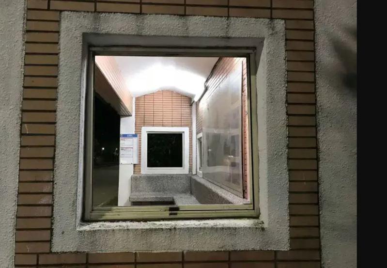 黃男涉嫌偷竊北岸公車站候車亭鋁製玻璃窗,檢方偵結聲請簡易判決。圖/金山區公所提供