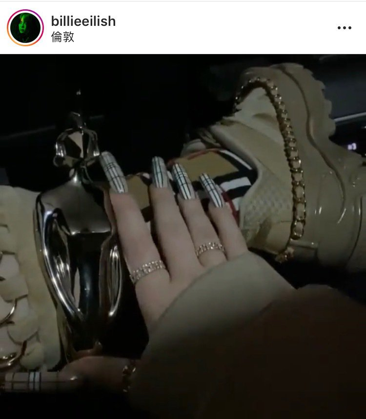 怪奇比莉出席全英音樂獎以Tiffany的T系列戒指搭配Burberry格紋。圖/...