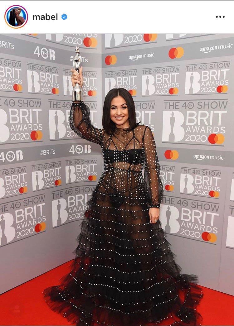 英國個性女聲媚布兒配戴蕭邦珠寶奪得全英音樂獎最佳女歌手。圖/取自IG @mabe...
