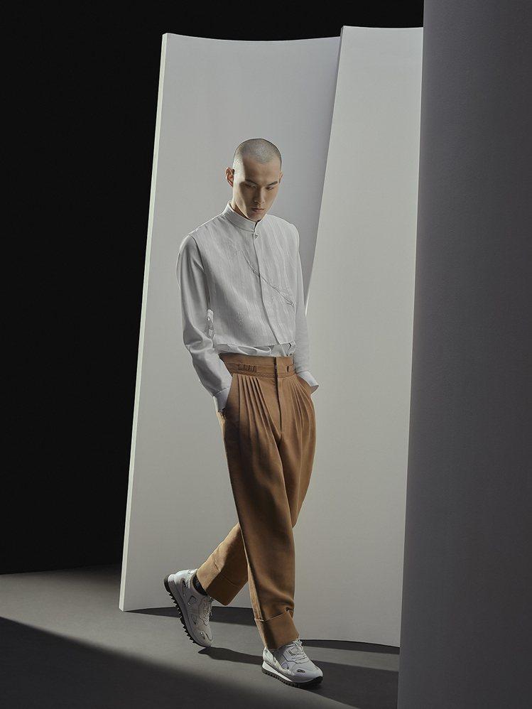 立領襯衫以背心綁帶的剪裁增加層次感,點綴細緻刺繡,男裝造型簡約俐落。圖/SHIA...