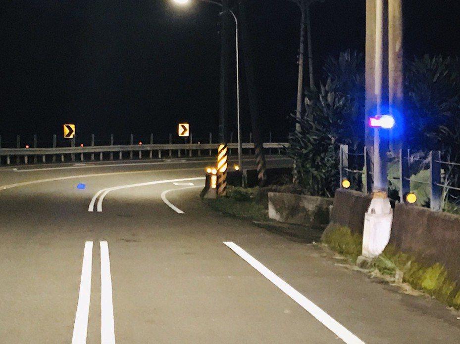 瑞芳分局交通小隊長謝明松,向民間募得「太陽能警示燈」,裝在彎道處,大幅降低車禍肇事率。圖/瑞芳警分局提供