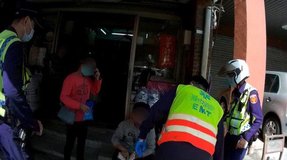 台中市吳姓男子15日滿嘴鮮血、手持筆記本向警員求助,警方聯絡救護車到場,協助吳就醫。記者陳宏睿/翻攝