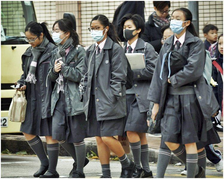 香港2月初開始停課,為協助減輕學校及家長在抗疫及停課期間額外支出的負擔,香港教育局將發放首批學生津貼每人3500港元。取自星島日報