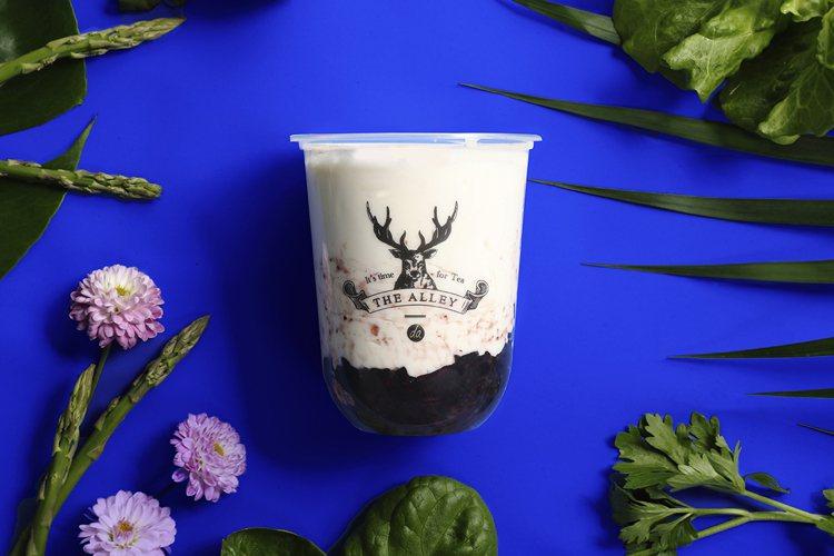 酸奶自由配可選擇(珍珠、椰果、蒟蒻、紫米可任選 2 種配料。圖/鹿角巷提供