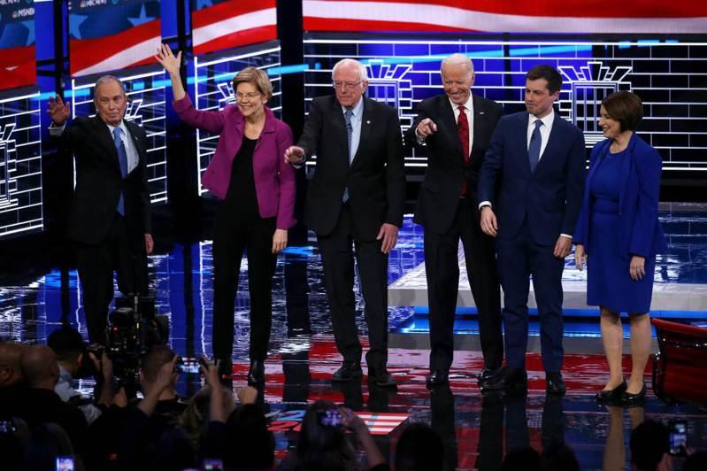 美國民主黨19日的總統候選人辯論會共六人上場,前紐約市長彭博(左一)砸重金買廣告衝高民調取得空降參與權,但遭圍剿。法新社