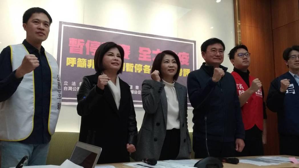 台灣公務革新力量聯盟最近接獲許多公務員陳情,指績效考評工作嚴重影響防疫,聯盟在網...