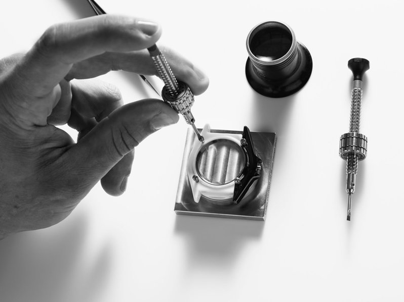 組裝J12 Paradoxe腕表雙色的抗磨精密陶瓷。圖/香奈兒提供