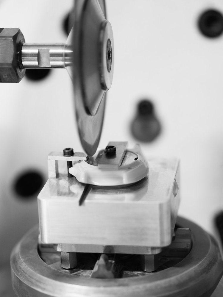 J12 Paradoxe腕表抗磨精密陶瓷須經專業技術切割才不會破裂。圖/香奈兒提...