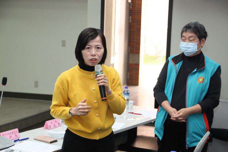 台中市教育局高中職教育科長湯惠玲(左)表示,光華高工是台中唯一能由各班老師直接面對學生視訊授課的學校,將請該教分享給其他各校學習。記者黃寅/攝影