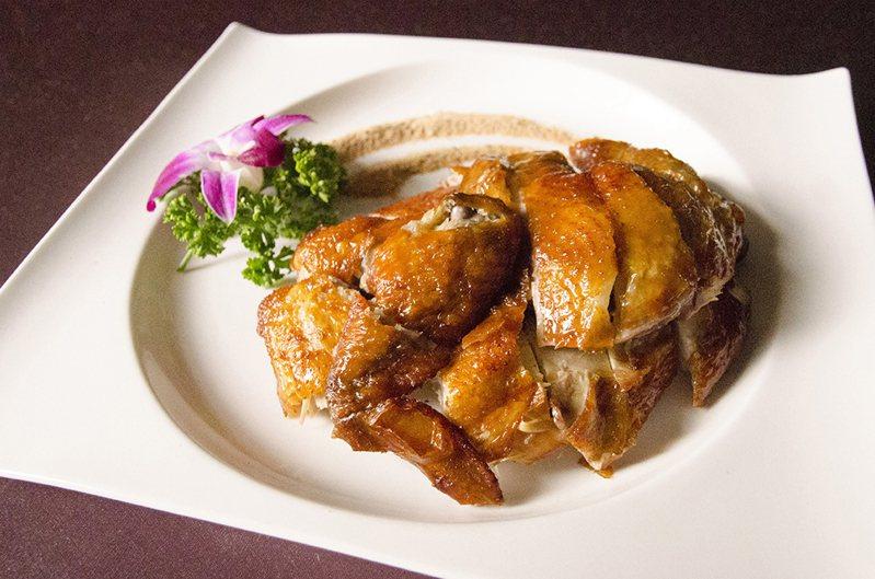 鼎園中餐廳的脆皮雞。圖 / 富信大飯店提供