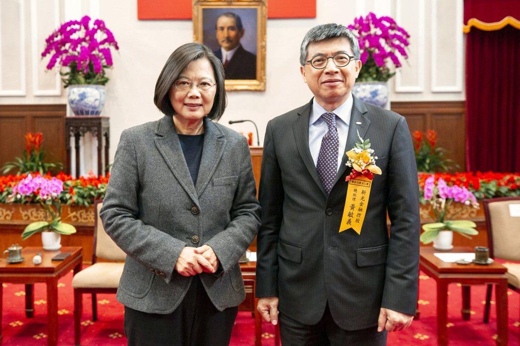 新光金控總經理黃敏義(右)代表新光人壽獲蔡英文總統接見表揚,為新光再添榮耀。新光...