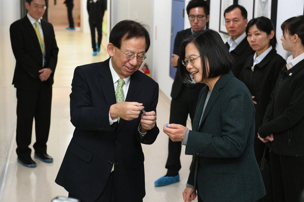 總統蔡英文今天參訪竹北生醫園區內的高端疫苗公司,了解新冠肺炎疫苗狀況。圖/高端疫...