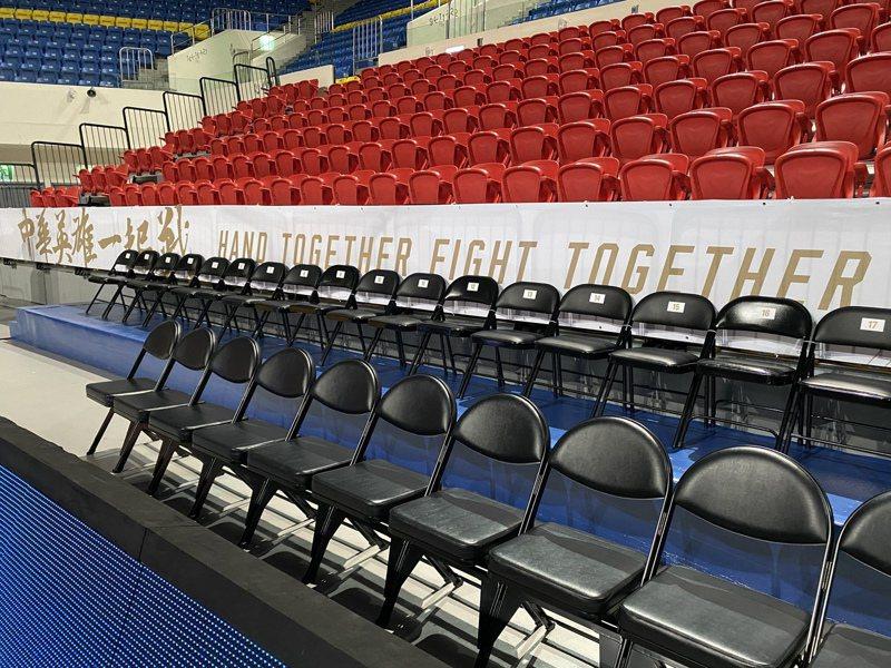 和平籃球館正為明天登場的亞洲區男籃資格賽進行場地布置。記者曾思儒/攝影