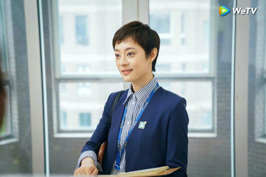 孫儷在「安家」中飾演業務能力逆天的「金牌房產仲介」。圖/WeTV提供