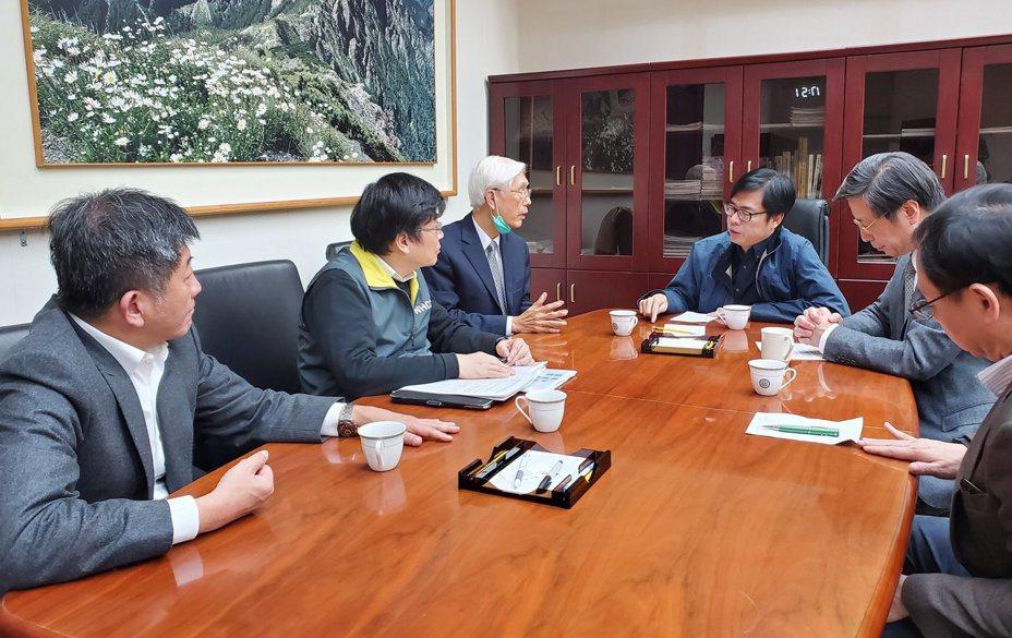 行政院副院長陳其邁,說明如何藉由「科技、防疫、大數據」,來快速鎖定新冠肺炎首例死者、白牌車司機(案19)的感染源。取自陳其邁臉書