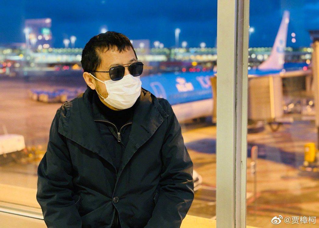 賈樟柯戴口罩搭機出席柏林影展。圖/摘自微博