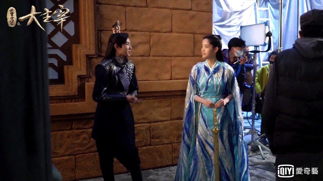 王源(左)、歐陽娜娜合作「北靈少年志之大主宰」,片場對戲超歡樂。圖/愛奇藝台灣站