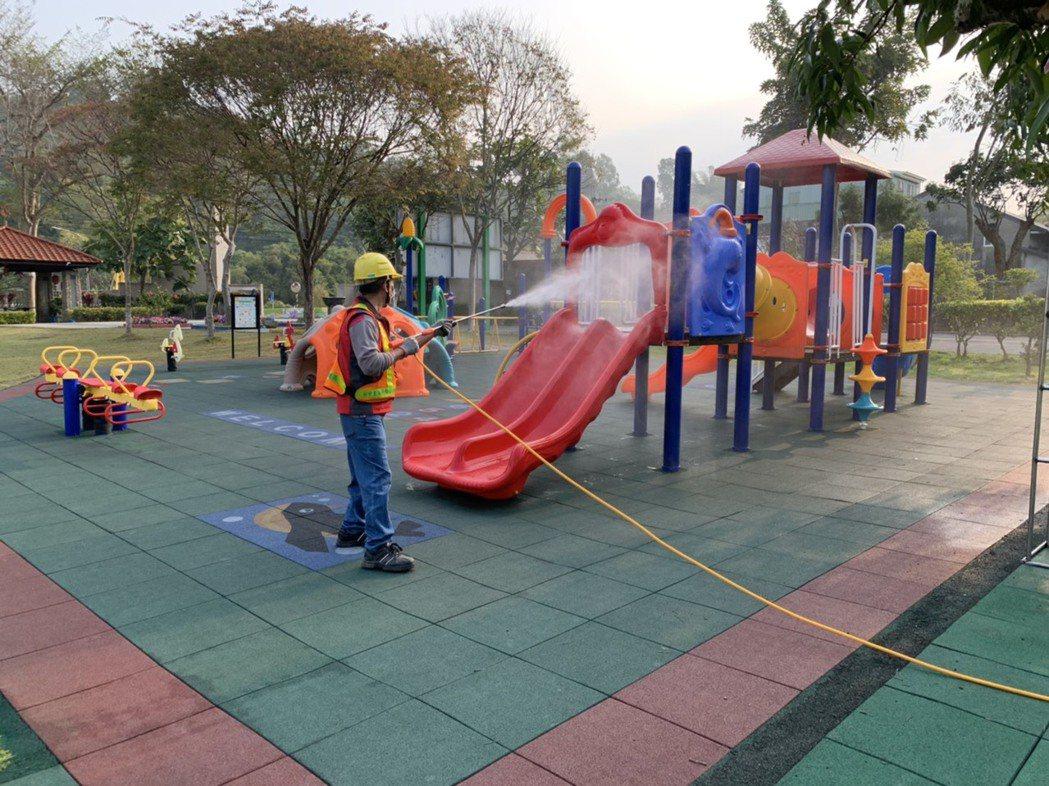 台中市環保局即日起至2月23日,動員中市各區清潔隊,消毒轄內高中以下學校及公立幼...