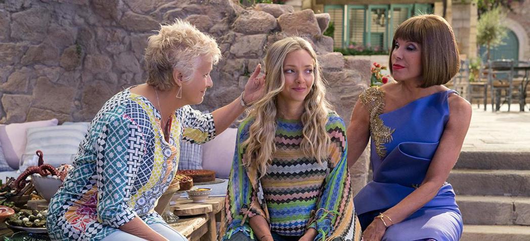 茱莉華特斯(左)在「媽媽咪呀!回來了」仍有演出,卻被迫缺席首映典禮。圖/摘自im...