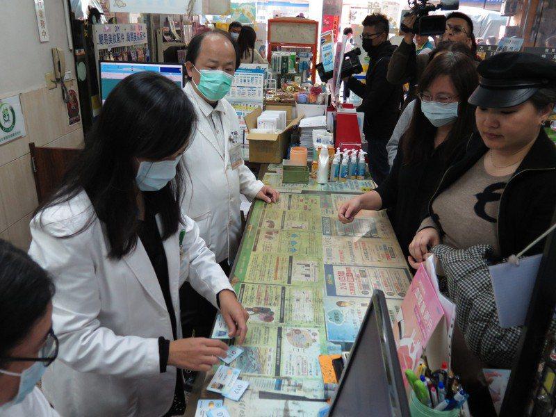 實名制口罩上路後,民眾排隊上藥局購買。記者張裕珍/攝影