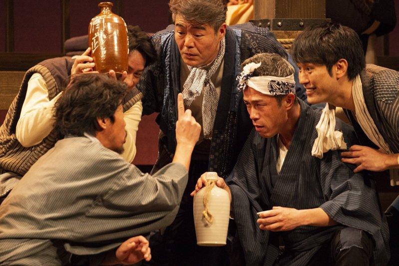 「夾縫轍痕」透過日本北海道民謠,高歌港邊男兒的生存之道。圖/52PRO!提供