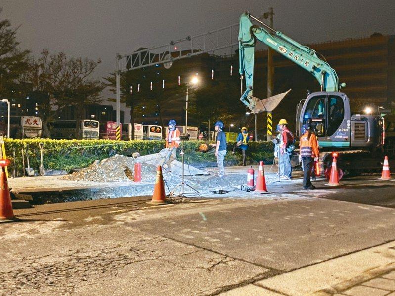 北市成功路日前發生中油油管漏油事件,圖為中油公司緊急在成功路2段開挖止漏。 記者翁浩然/攝影