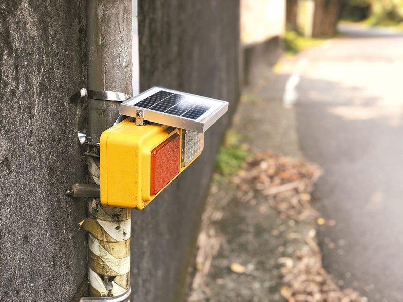 瑞芳分局交通小隊長謝明松,向民間募「太陽能警示燈」裝在台二線等彎路,東北角夜間車禍大降逾半。 圖/瑞芳警分局提供