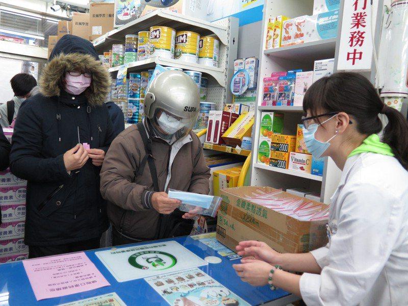 藥師本著服務民眾的心,「無償」接下配發口罩業務。 圖/聯合報系資料照片