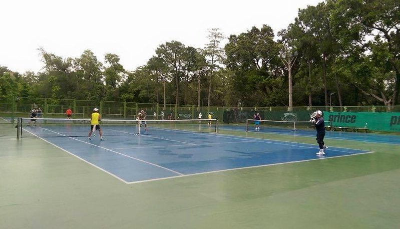 北市議員林亮君接獲民眾反映,青年公園部分網球場場地材質疑使用傳統PU,較易打滑。圖/取自北市體育局網站